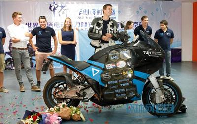 世界首辆纯电动拉力摩托车亮相中国南京