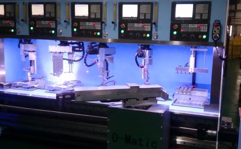 同时操作五台数控系统 全自动焊接机器人加工风采